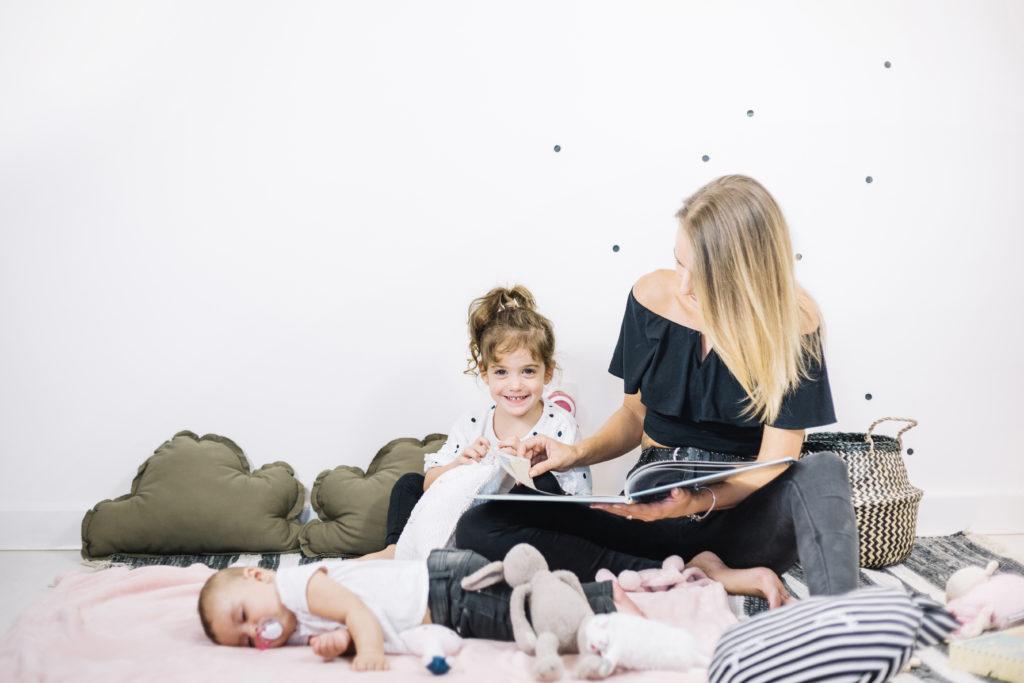 mama czyta bajkę dzieciom na dobranoc, kołysanki, niemowlę, smoczek, rytuały przed snem, jak uśpić niemowlę