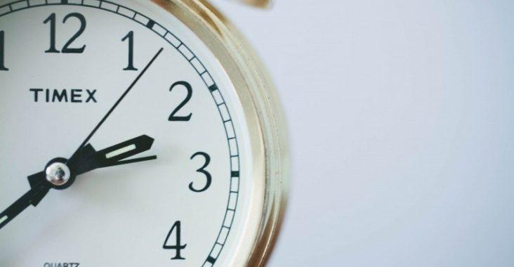 zegar symbolizujący plan dnia dziecka, jak poprawić sen niemowlaka