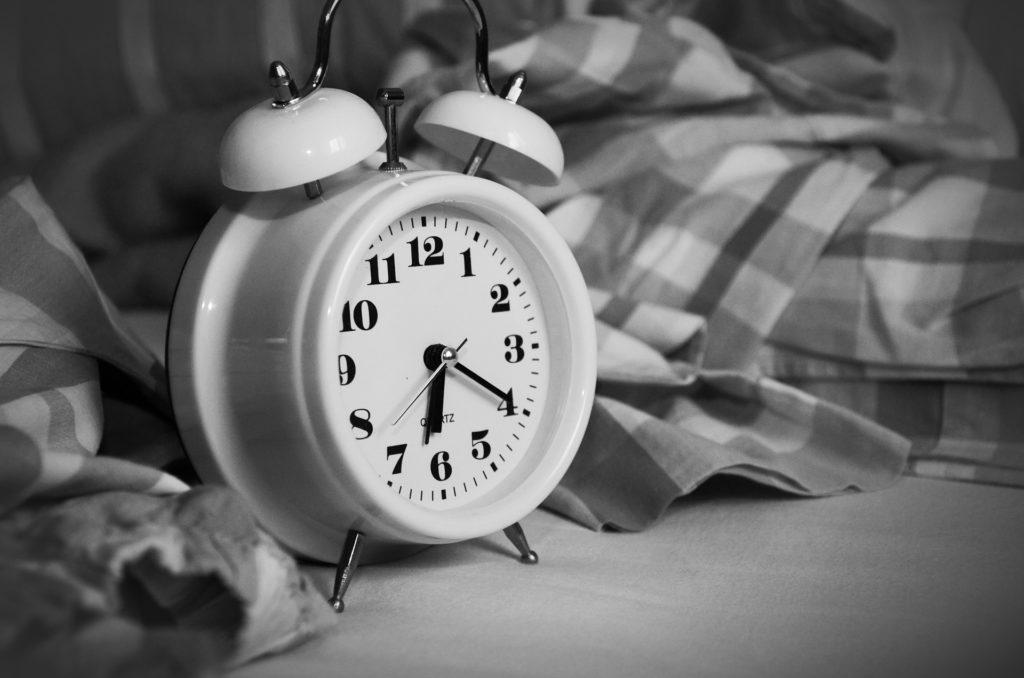 zegarek - budzik, czarno-białe zdjęcie