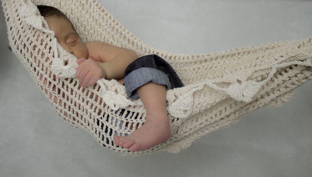 niemowlę śpi w hamaku, drzemka, wczesne pobudki, dziecko wstaje za wcześnie