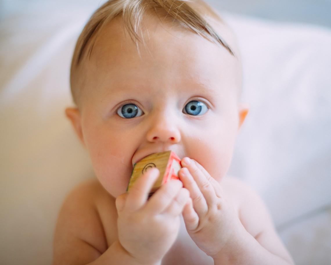 dziecko z gryzakiem w buzi, ząbkowanie bez regresji snu