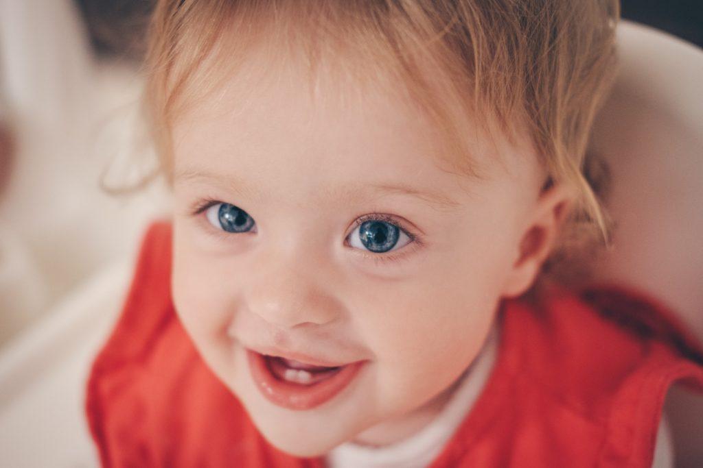 małe dziecko z dwoma zębami na dole