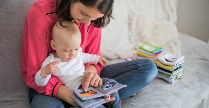 Mother read her baby. Czytać dzieciom książki.