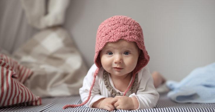 4 miesięczna dziewczynka w czerwonej czapeczce