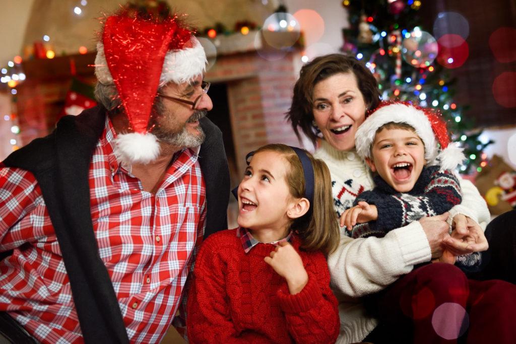 Dziadkowie z wnukami, spędzają Święta